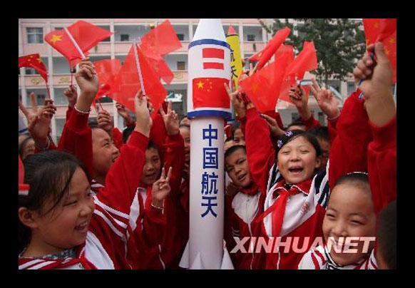 선저우호 발사에 환호하는 중국 아이들.jpg