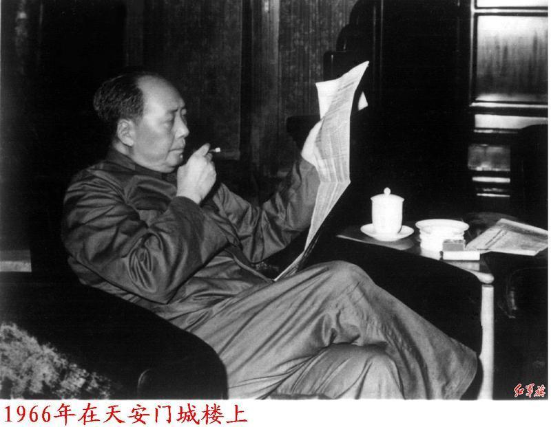 1966년 천안문 성루에서 신문을 읽는 마오쩌둥 - 출처 바이두 백과사전.jpg
