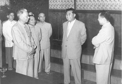 1961년 북한 김일성 주석과 만난 덩샤오핑 저우언라이 류샤오치 - 출처 인민넷.jpg